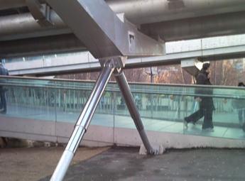 ミレニアム・ブリッジ 歩行者振動対策として導入の写真画像